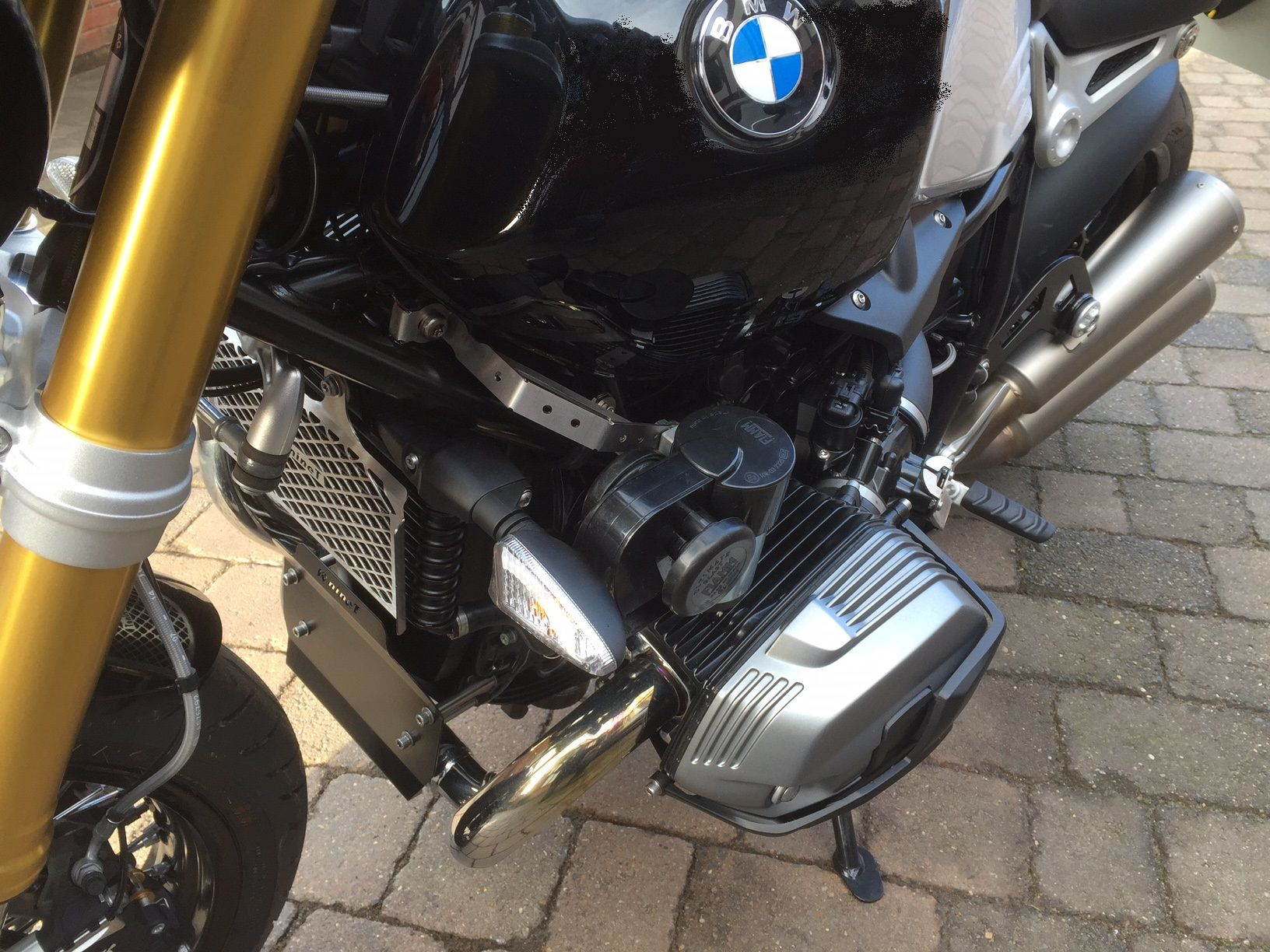 bmw r9t horn upgrade bracket and wiring. Black Bedroom Furniture Sets. Home Design Ideas